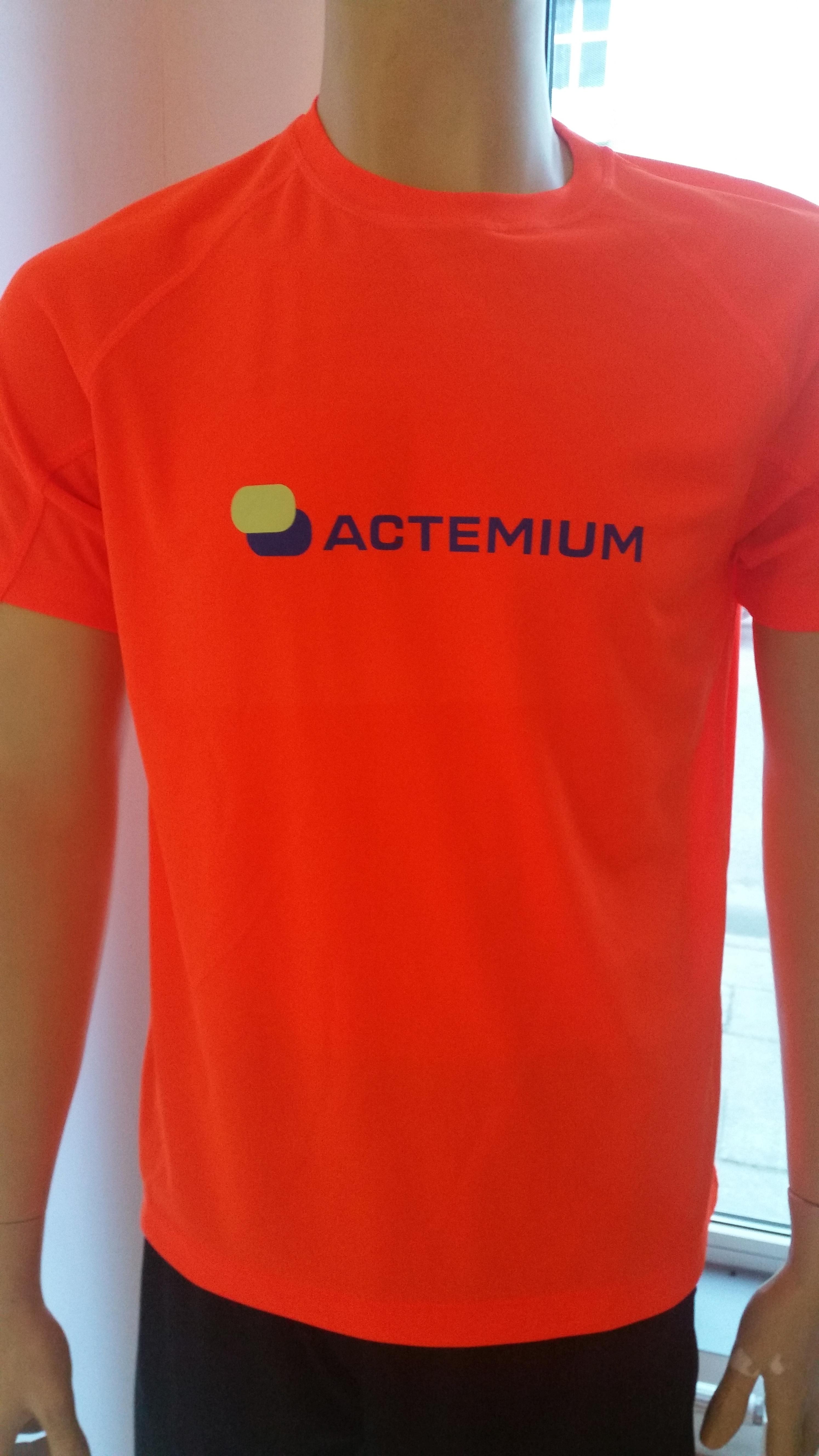 logo duże wielokolorowe na koszulce sportowej Playtime