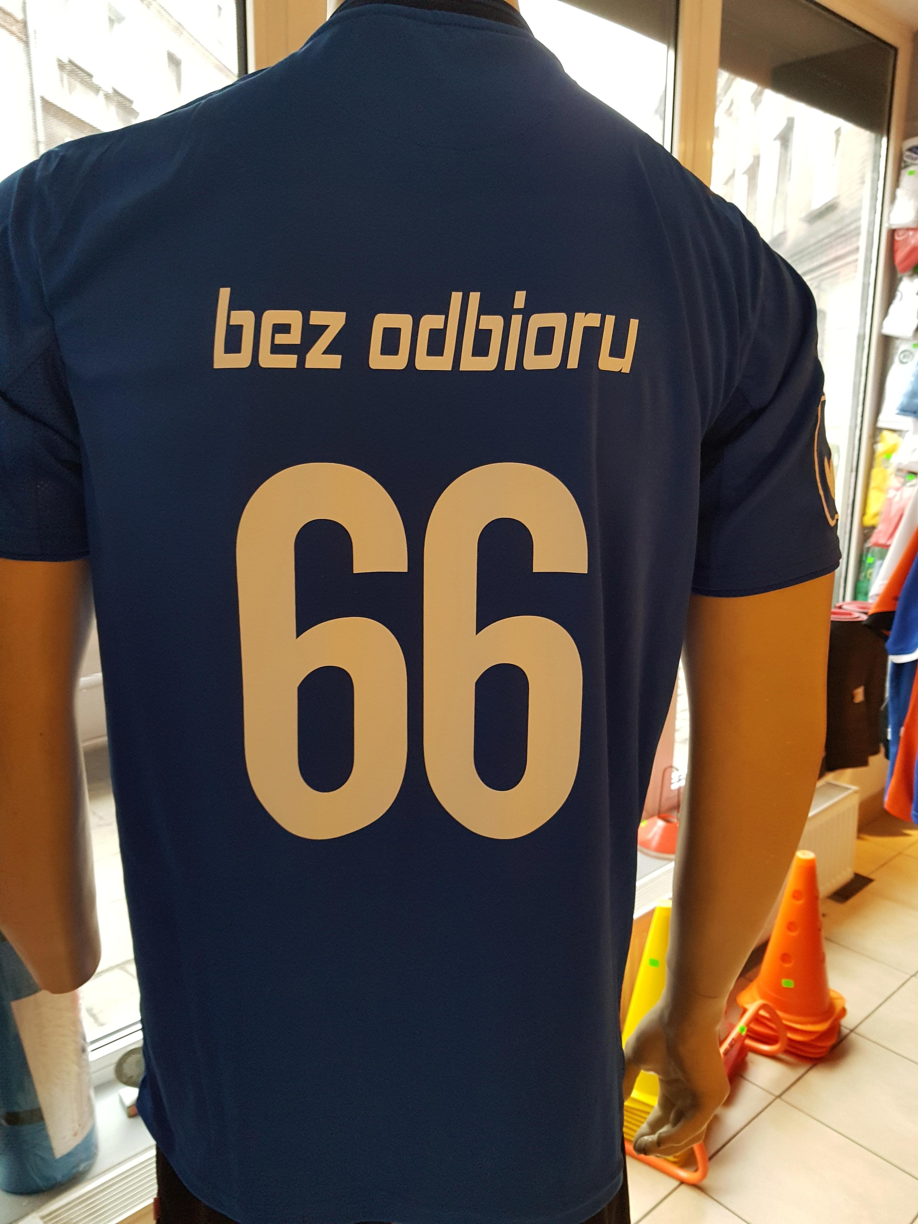 numer promocyjny i napis czcionką klienta na plecach koszulki