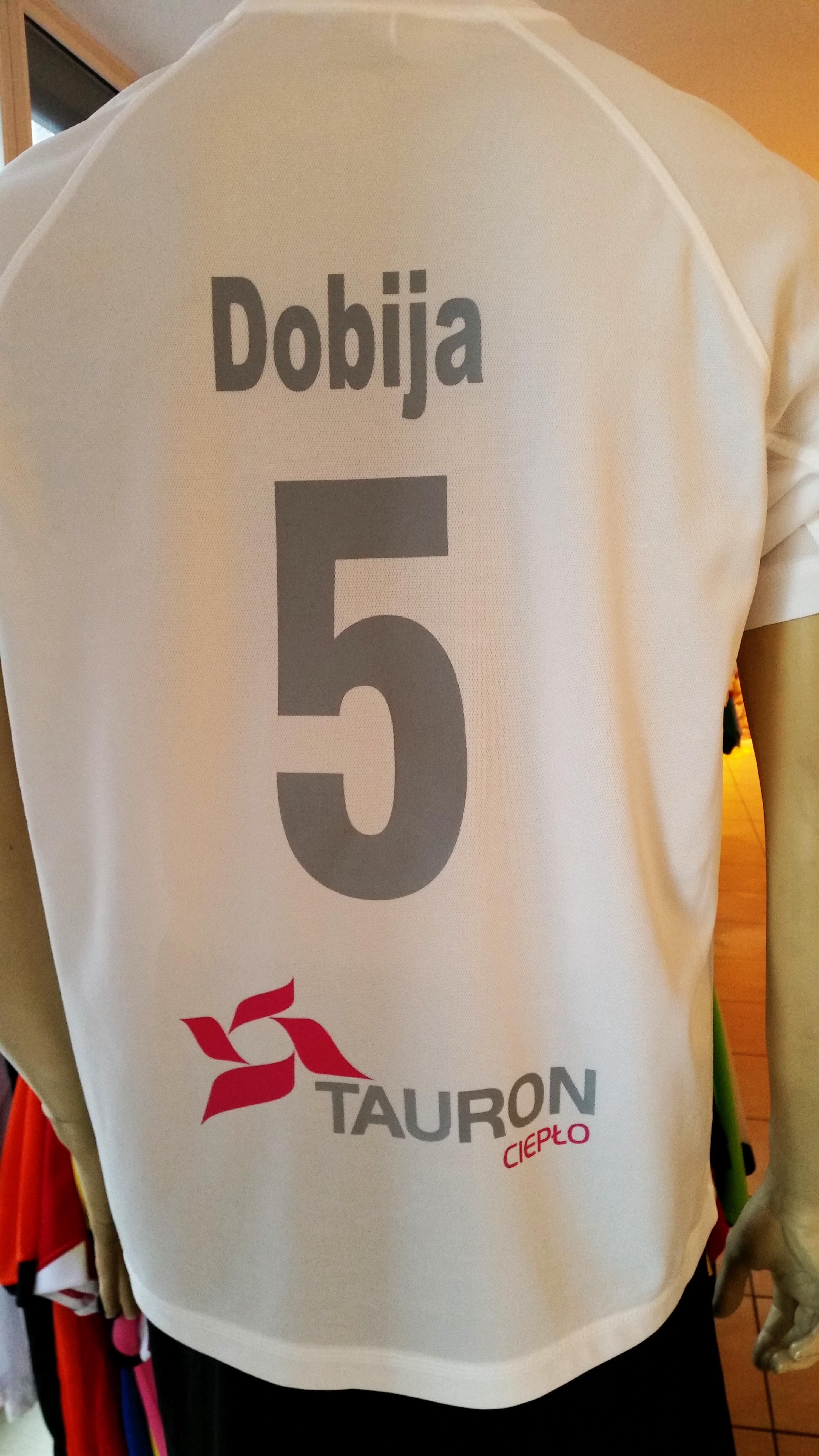 nadruk numer, napis i logo na koszulce sportowej
