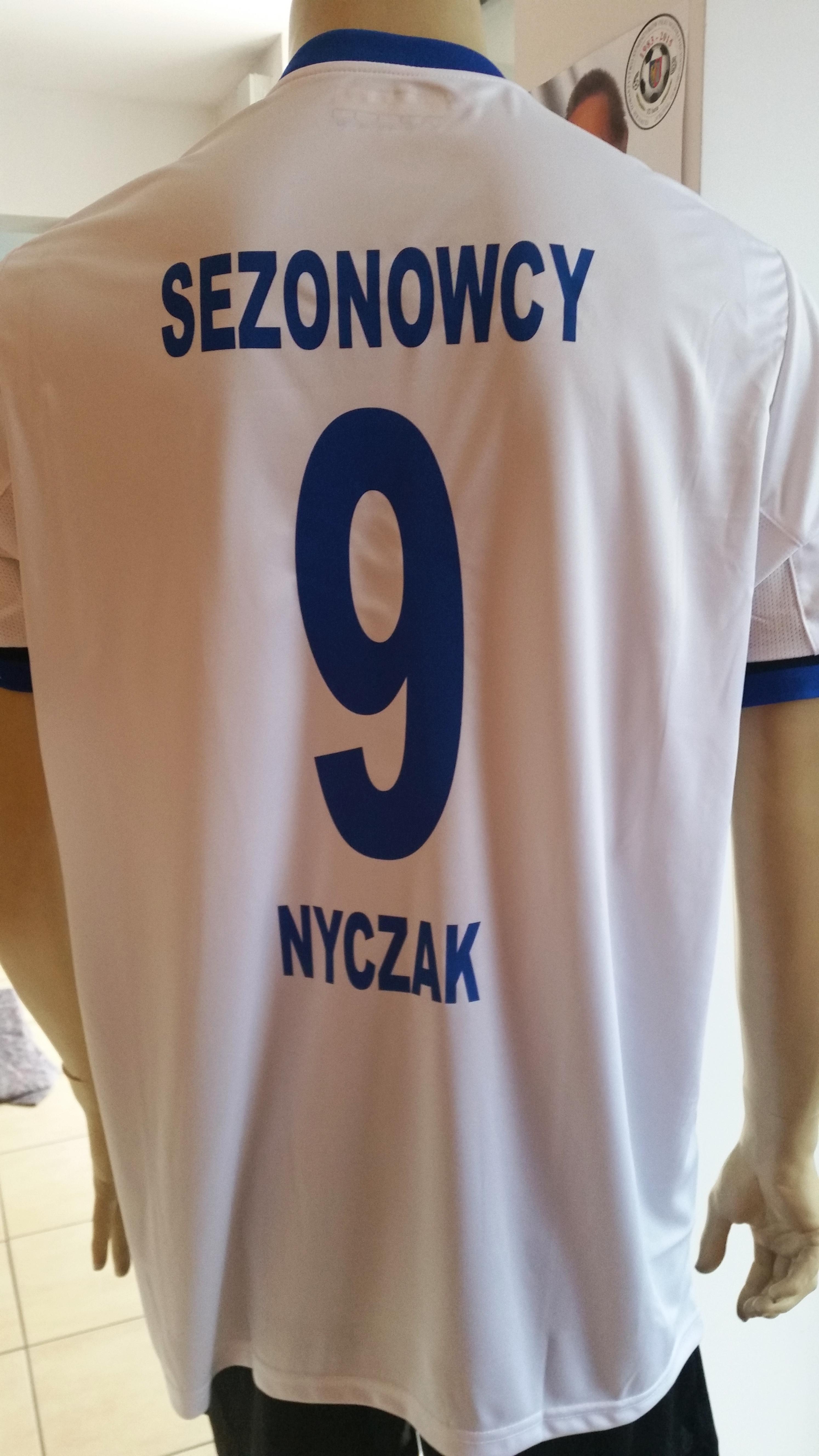 nadruk numer i 2 napisy flexem na plecach koszulki sportowej
