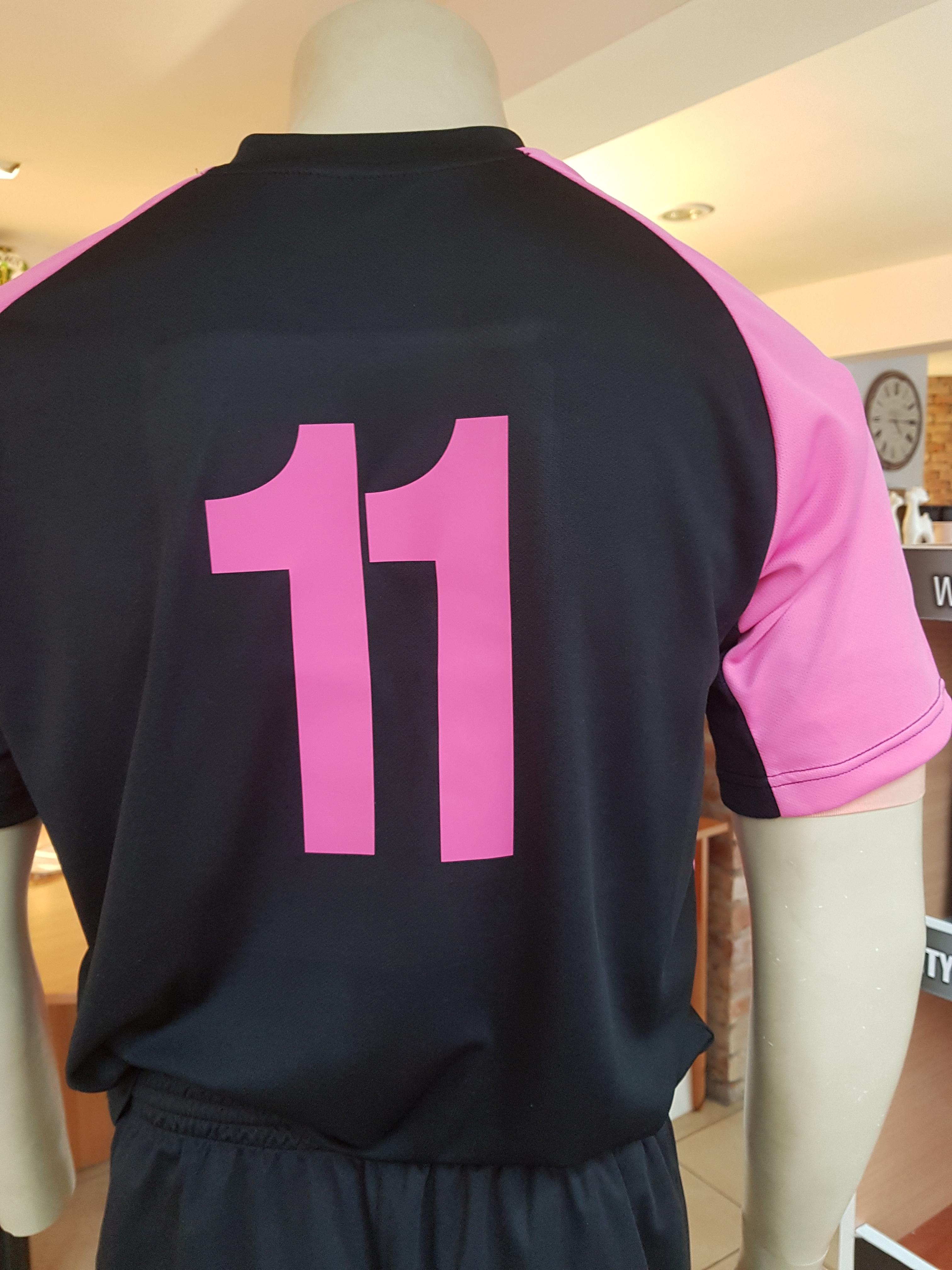 nadruk numer rozowy flexem na tyle koszulki Modero Perso