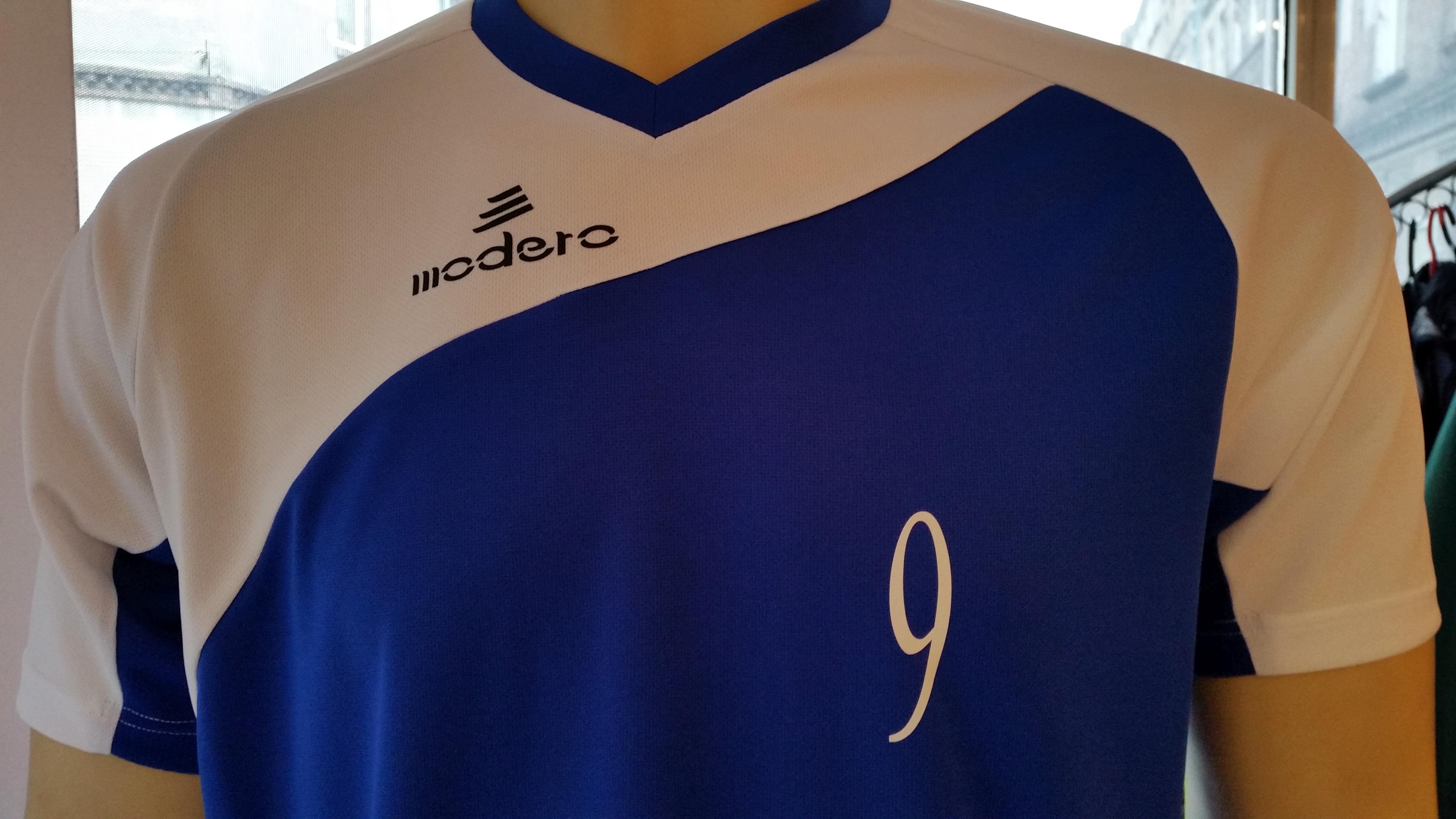 nadruk numer mały czcionka Times New Roman na koszulce sportowej Modero Perso